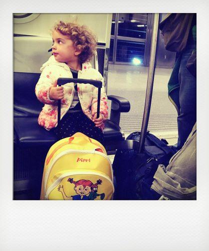 Bambina con trolley in aeroporto