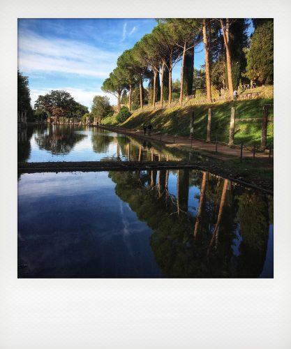 Gli alberi si riflettono nel canopo di villa Adriana