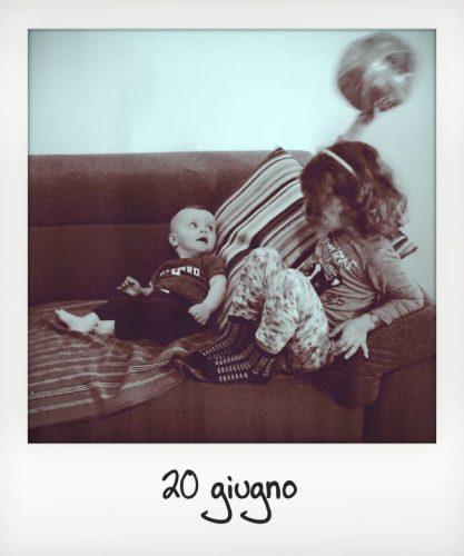 Bambini giocano con la zia senza figli