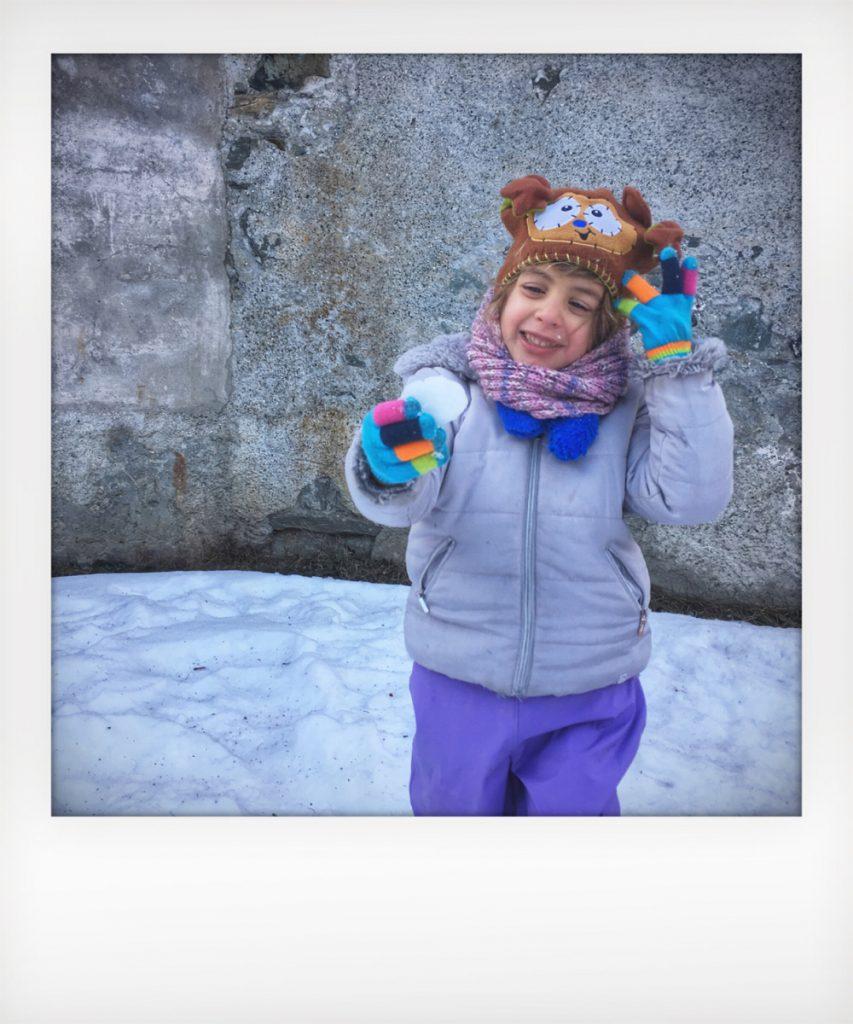 Battaglia di palle di neve in montagna