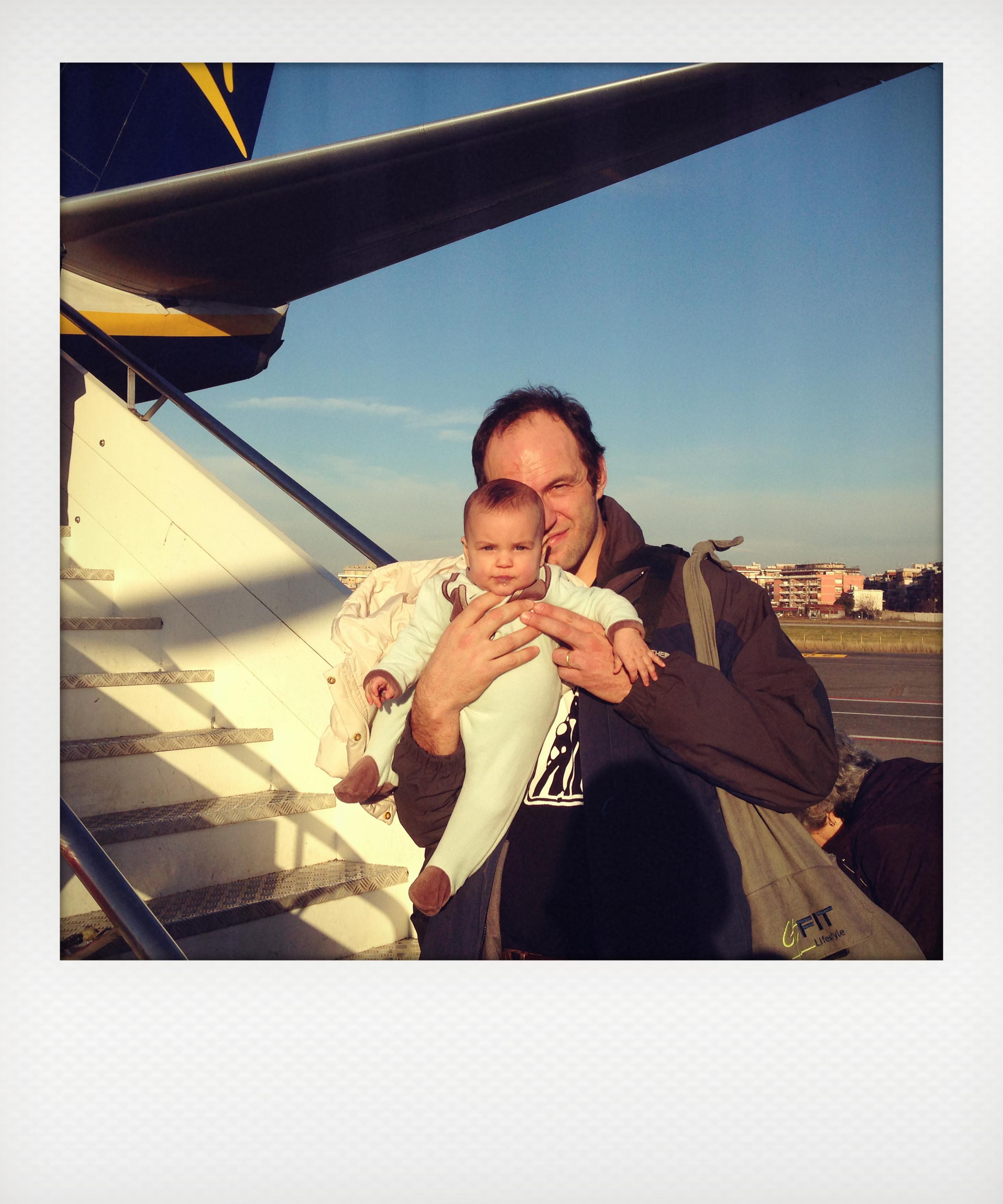 Come viaggiare con un neonato in aereo