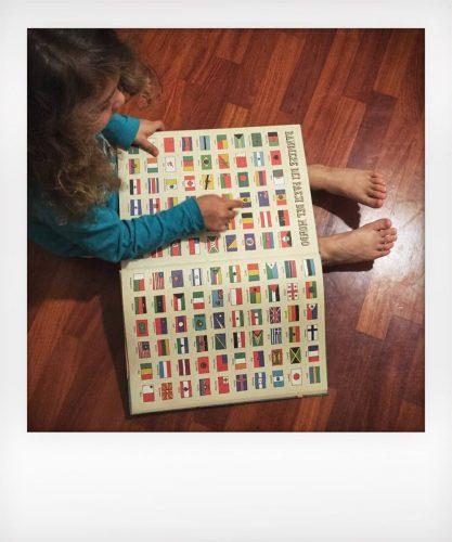 Bambini wanderlust gioca con le bandiere dei paesi del mondo