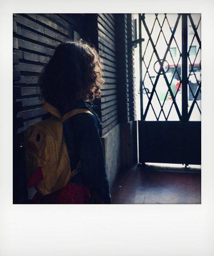 Bambina fa la spia