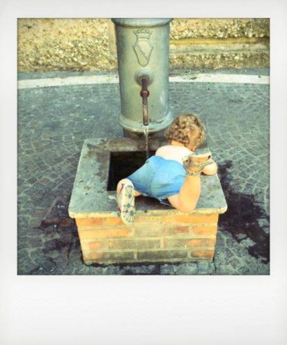 Bambino gioca in un nasone