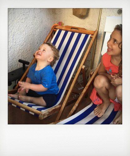 Bambini che amano guardare gli aerei