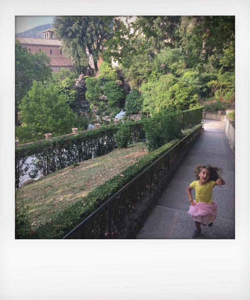 Bambini giocano a Villa d'Este