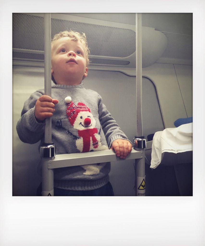 Bambino in treno in cuccetta