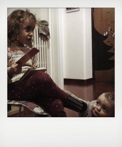 Bambini giocano con le carte inventa favole